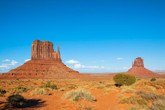Вид на знаменитую долину монументов с голубым небом, сша
