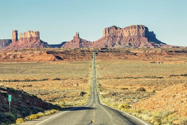 モニュメントバレー、アメリカへの有名な道路の眺め