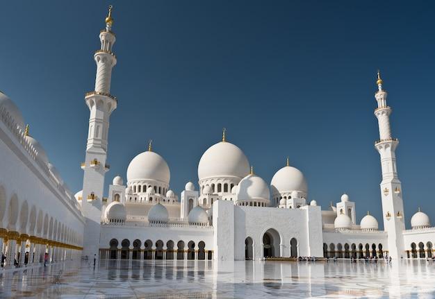 Вид на знаменитую белую мечеть шейха зайда в абу-даби, оаэ
