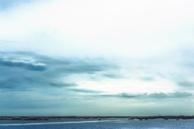 夕方に海岸に係留された漁船の眺め、遠距離恋愛写真、美しい風景