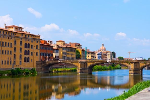 Вид на флоренцию. мост через реку арно. собор. летнее время