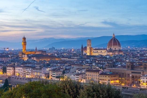 イタリア、トスカーナの夕暮れ時のフィレンツェの街並みの眺め。