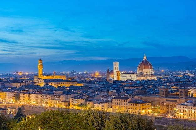 イタリア、トスカーナのフィレンツェのドゥオーモの景色を望む夜のフィレンツェのスカイラインの眺め。