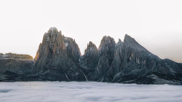 이탈리아 dolomites의 안개가 자욱한 tre cime di lavaredo의 전망