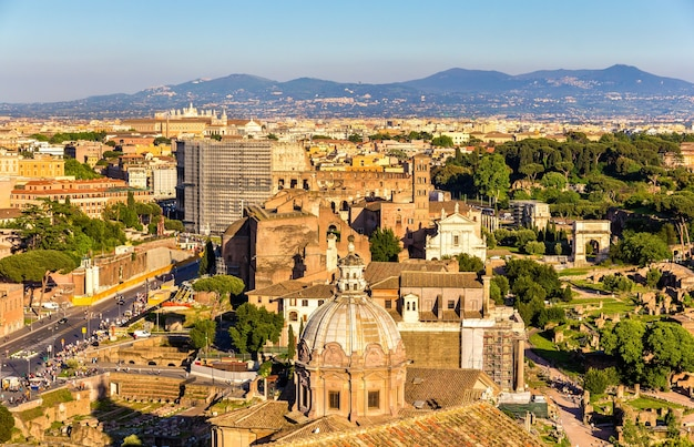 Вид на римский форум с колизеем - италия