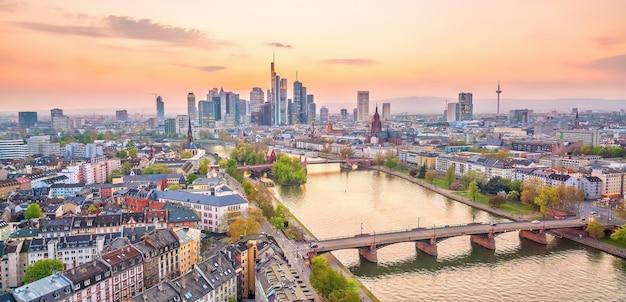 上から見た夕暮れ時のドイツのフランクフルト市のスカイラインの眺め