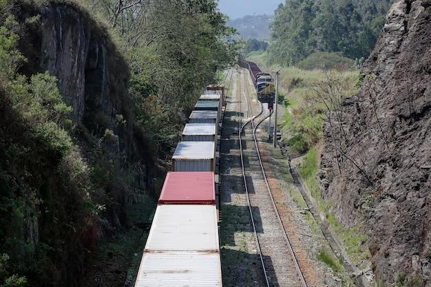 컨테이너와 빈 마차가 있는 화물 열차의 보기