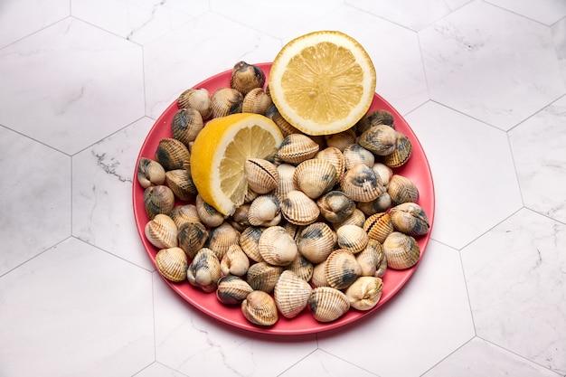 Вид свежих моллюсков на тарелке
