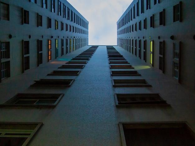 상파울루 시내에서 사무실 건물의 유리창에서 볼 수 있습니다.