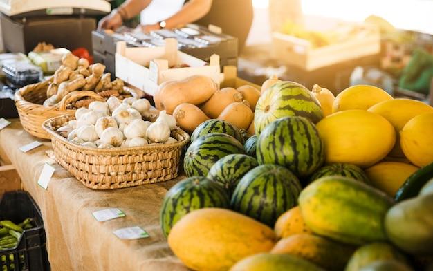 市場で果物や野菜の屋台の眺め
