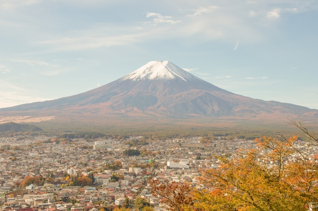 Взгляд горы фудзи в сезоне осени, японии.