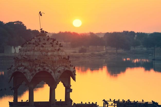 朝の日の出、ジャイサルメールインドのガディサル湖の静かな景色の眺め