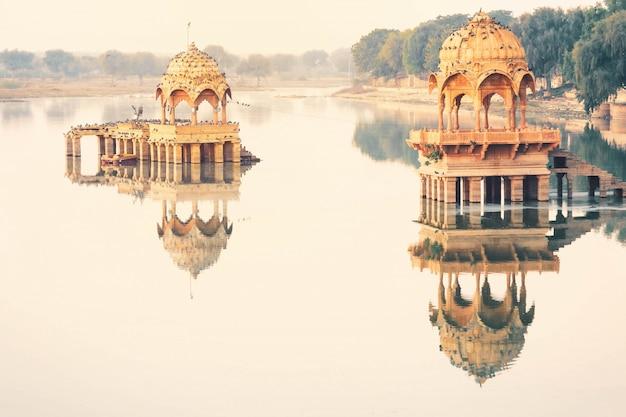 朝、ジャイサルメールインドのガディサル湖の穏やかな景色の眺め