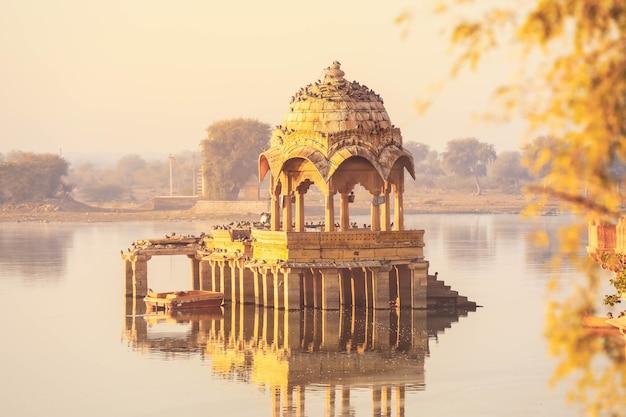 Вид на мирную сцену озера гадисар утром, джайсалмер, индия