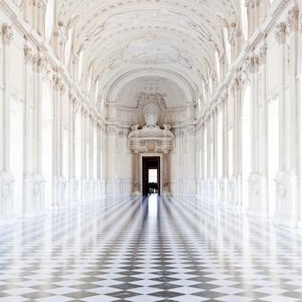 Вид на galleria di diana в королевском дворце венария, недалеко от турина, регион пьемонте