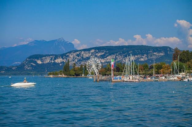 夏の間バルドリーノからイタリアのガルダ湖の眺め