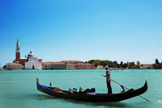Вид на гондолу на гранд-канал с церковью сан-джорджо-маджоре на заднем плане, венеция, италия