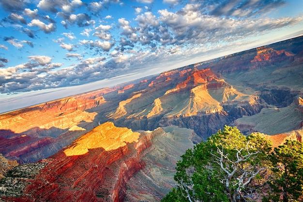 アメリカ合衆国、日の出のグランドキャニオンの眺め