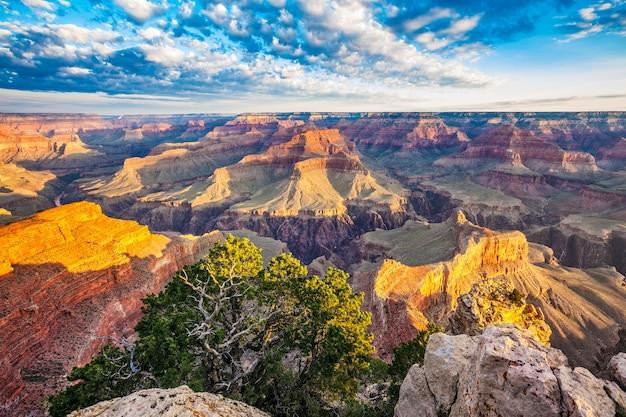 朝の光とグランドキャニオンの眺め、アメリカ