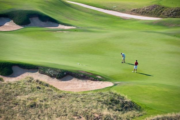 Взгляд зеленого поля курорта гольфа. летние каникулы