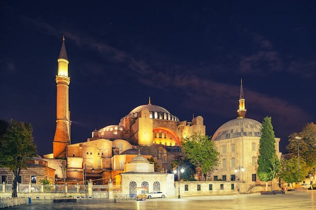 Вид на музей святой софии из парка султанахмет в ночное время. стамбул, турция.