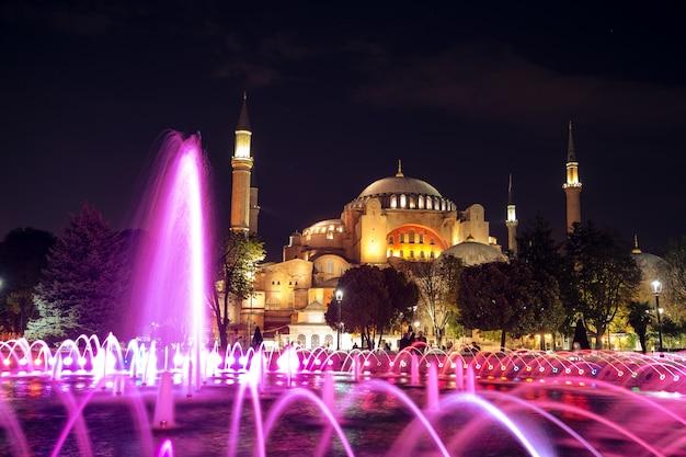夜のスルタンアフメット公園からのアヤソフィア博物館の眺め。イスタンブール、トルコ。