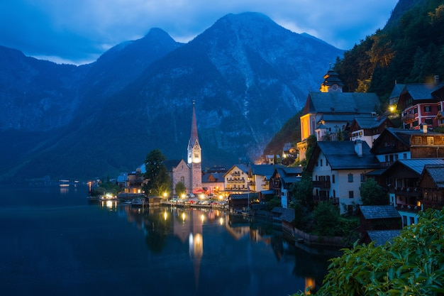 湖のあるハルシュタット村の眺め。遠くの美しさ高山の岩と青い空。ハルシュタット、オーストリア、ヨーロッパの町の夏の日