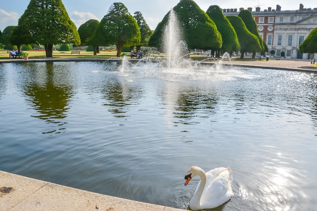 런던에 있는 햄프턴 코트 궁전의 전망 햄프턴 코트는 원래 thomas wolse 추기경을 위해 지어졌습니다.