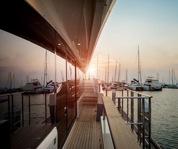 Взгляд гавани с деталями яхт. красивое небо захода солнца в заливе марины.