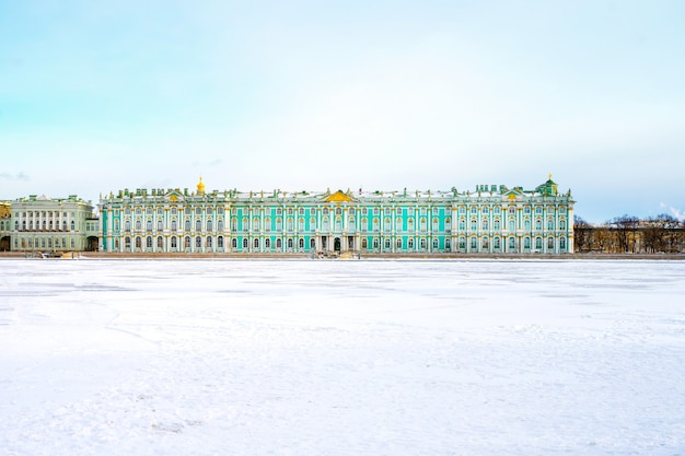 Вид на эрмитаж (зимний дворец) с набережной санкт-петербурга со стороны ледяной реки невы.