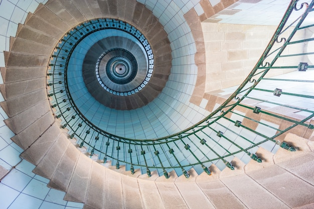 Вид на синюю лестницу высокого маяка, остров вьерж, бретань, франция
