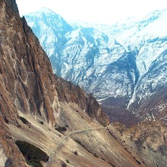 アンナプルナトレッキングからのヒマラヤ山脈の眺め。道に立っている男