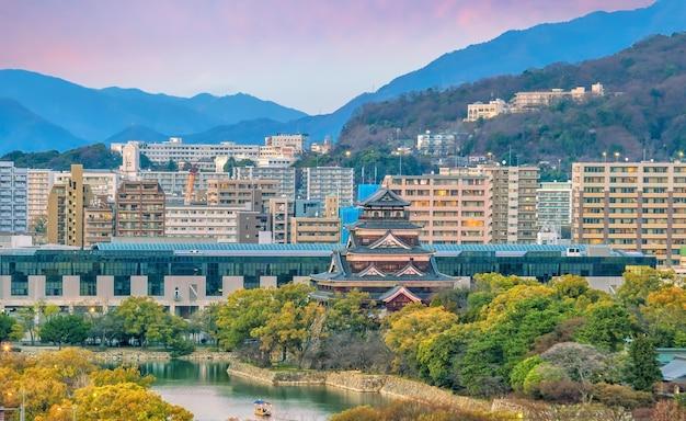 日本の広島城と広島のスカイラインの眺め