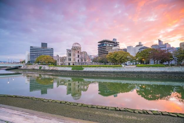 원자 폭탄 돔이 있는 히로시마 스카이라인의 전망. 일본의 유네스코 세계 문화 유산