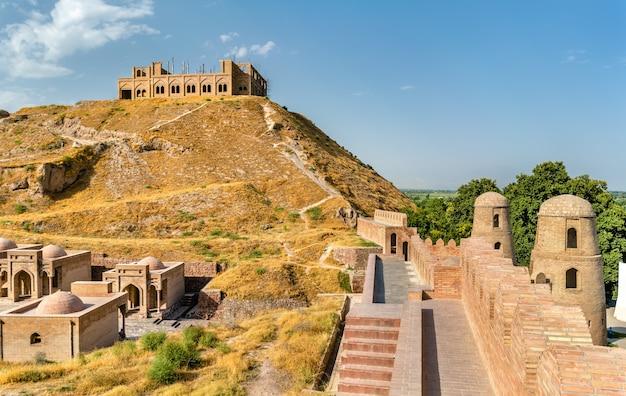 Вид на гиссарскую крепость в таджикистане, средняя азия
