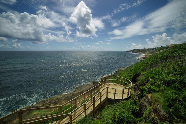 遠くにある歴史的なカラフルなプエルトリコの街の眺め。