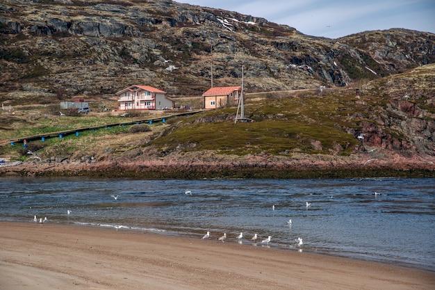 バレンツ海沿岸の丘にある家々の眺め