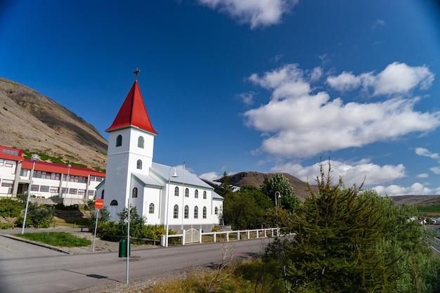 夏の間、西部フィヨルドのパトレクスフィヨルズゥル市にあるアイスランド国教会の眺め
