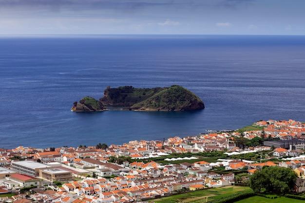 Вид на ильеу-де-вила-франку-ду-кампу, остров сан-мигель, азорские острова, португалия