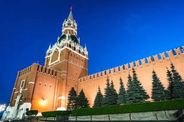Вид на освещенную часовую башню москвы в ночное время. великолепный вечерний вид на часы кремля спасская башня, московский кремль, россия. русские исторические постройки. архитектурная икона и национальный символ