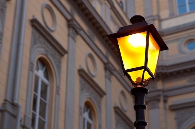 Вид на освещенный уличный фонарь в триесте, италия