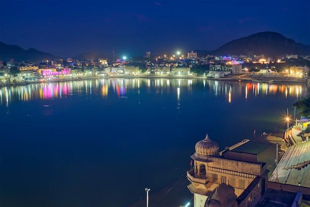 プシュカルガートとインドの巡礼の聖地プシュカルの眺め。インド、ラジャスタン。水平パン