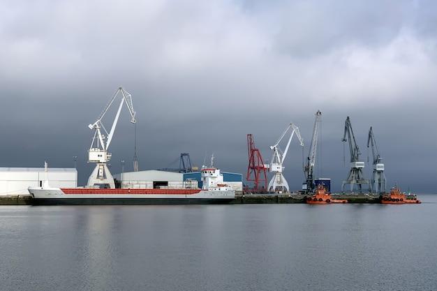 Вид промышленных портовых кранов в морском порту