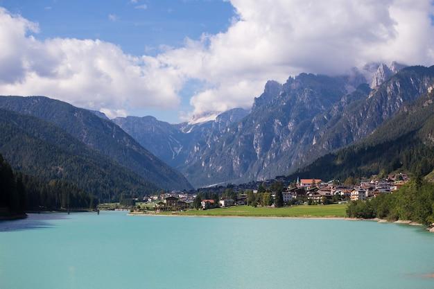 산타 카테리나 호수에 있는 이탈리아 마을 아우론조 디 카도레의 전망