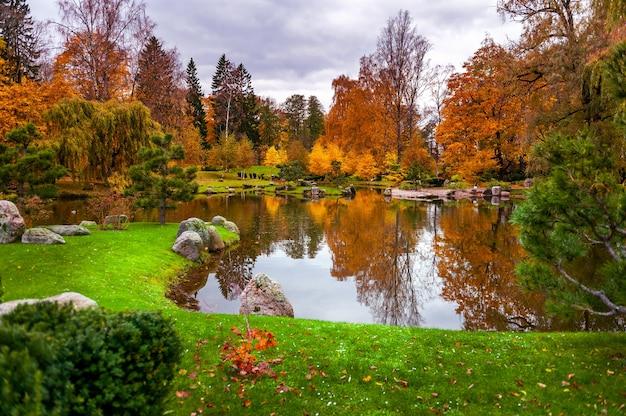 Вид на японский сад в парке кадриорг. таллинн, эстония.