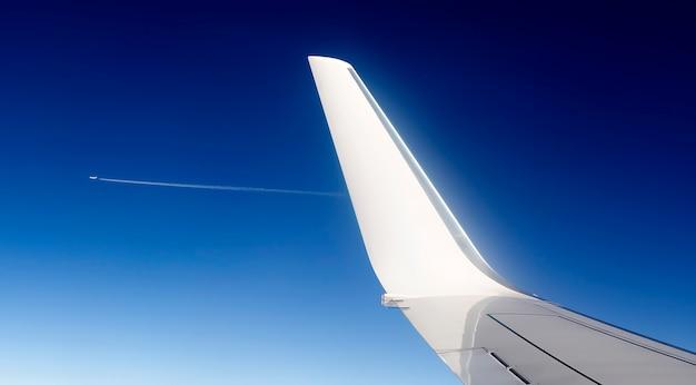 ジェット機の翼の眺め