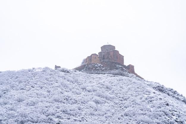 冬のムツヘタ近くのジワリ修道院の眺め