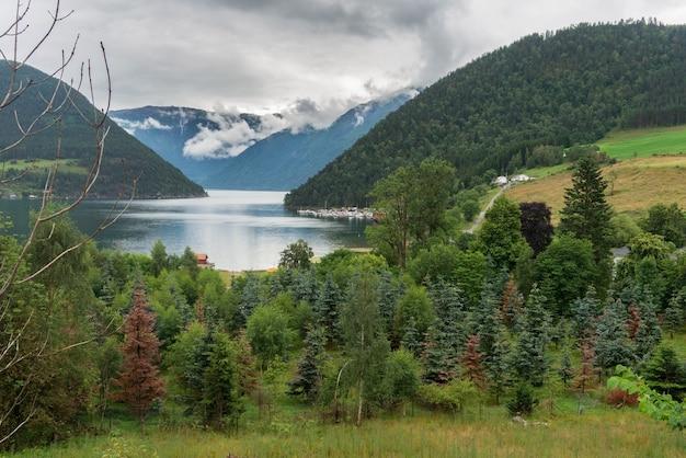 カウパンガーとソグネフィヨルドの眺め。 kaupangerは、ノルウェーのsogn ogfjordaneのsogndal内の町です。