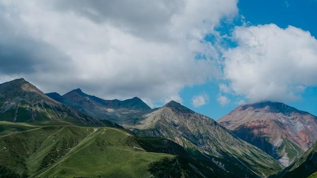 ジョージア州カズベギの眺め。美しい自然の山の背景。夏