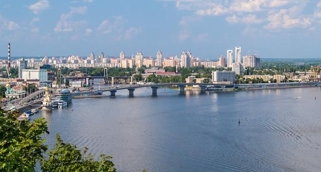 ドニエプル川の観測点からのキエフの眺め